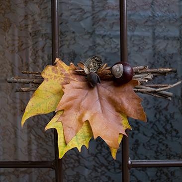 Őszi ajtódísz levelekből és ágakból