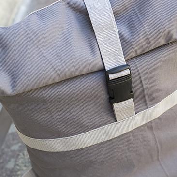 Praktikus és egyszerű: szürke hátizsák