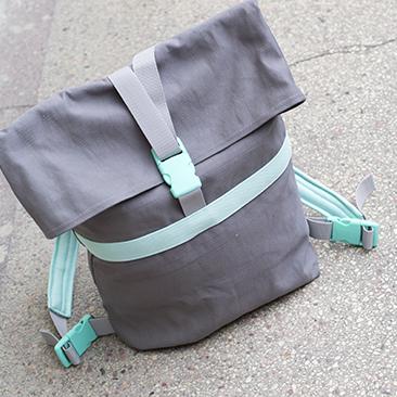 Szürke hátizsák mentával fűszerezve
